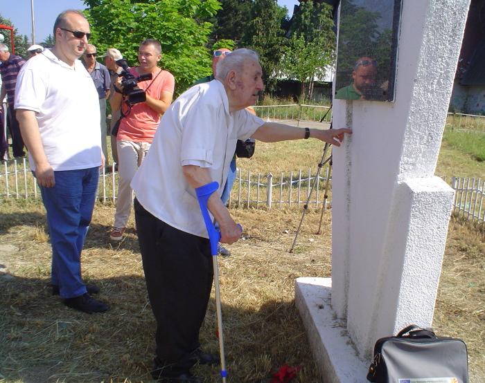 """Ветераните пред споменикот """"Цекова бавча"""""""