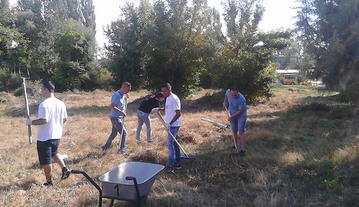 Кумановски акцијаши чистеа парк по повод Денот на независноста