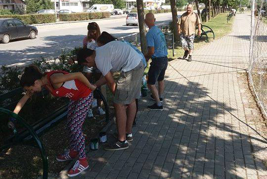 Кумановски акцијаши фарбаа клупи на Градскиот кеј