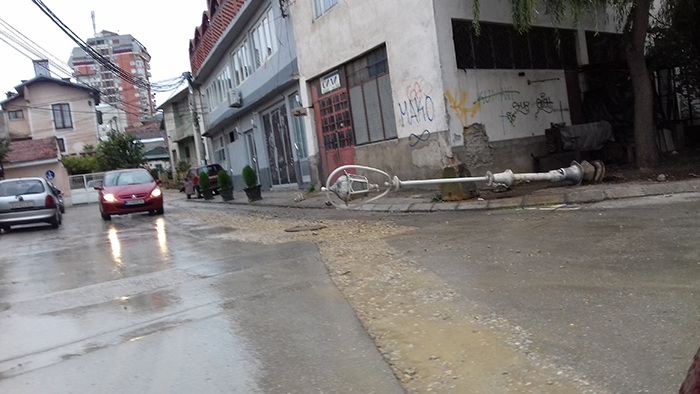 Падната канделабра штрчи на улица