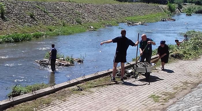 Кумановски акцијаши ги повикуваат граѓаните заедно да го исчистат ѓубрето од реките