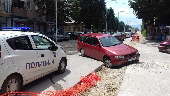Кумановци ги испокршија возилата по раскопаните улици