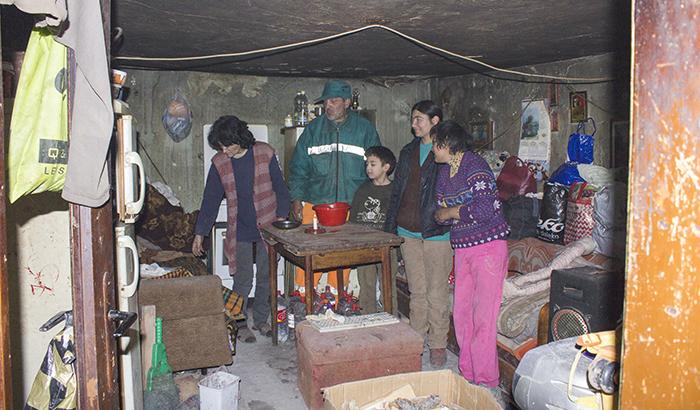 Три болни деца со интелектуална пореченот живеат заборавени во сиромаштија среде Куманово