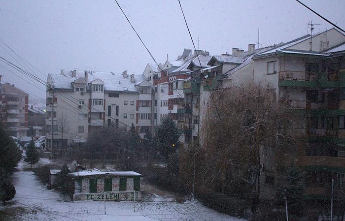 Снегот повторно паѓа, сообраќајот се одвива во зимски услови