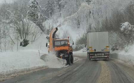 Влажни коловози и кашаст снег по патиштата во државата