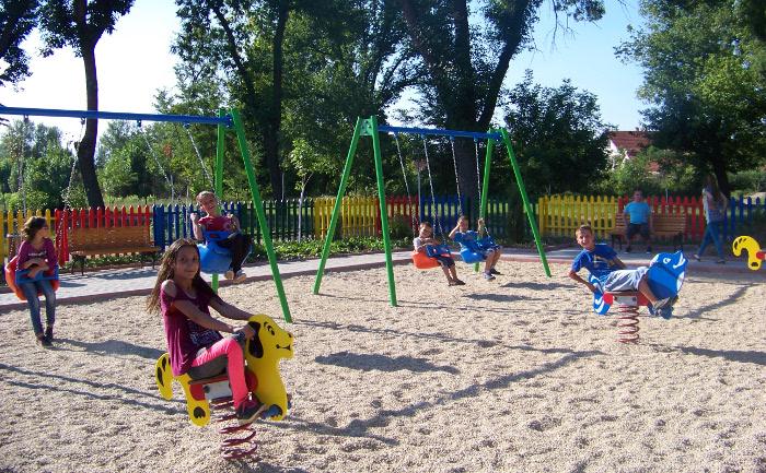 Детско игралиште во стариот парк