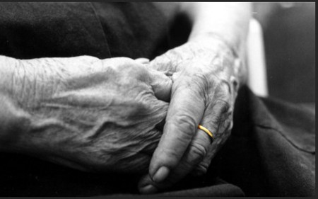 Ограбена старица во својот дом