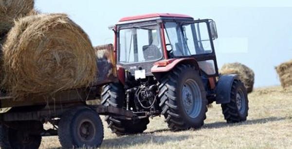 Го прегазил трактор додека собирал слама