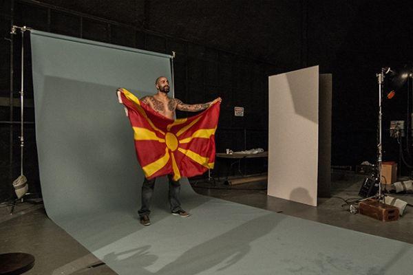 Перо Антиќ позираше со македонско знаме