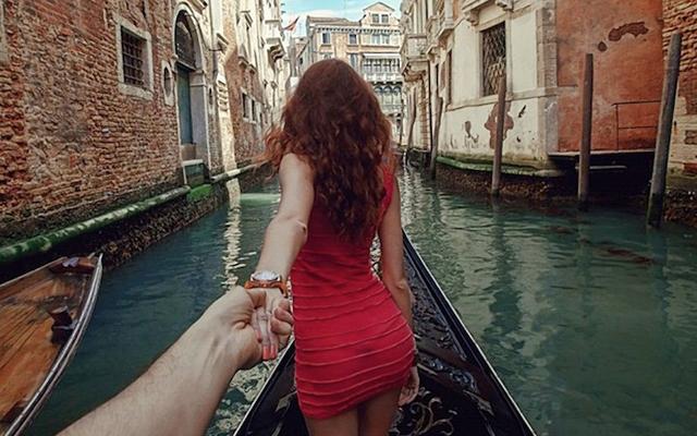 Девојка му го води низ целиот свет