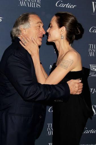 Џоли разменува бакнежи со друг маж